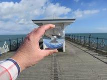 Swanage Pier Shelter y bola fotografía de archivo libre de regalías