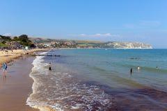 Swanage-Strand und Küste Dorset England Großbritannien mit Wellen auf dem Ufer Stockbild