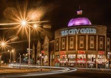 Swansea stad på natten royaltyfri bild