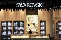 Swarovski有启发性的金银手饰店 免版税库存照片