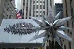Swarovski Crystal Boutique med Swarovsky Crystal Star på den Rockefeller mitten i Manhattan Arkivbilder