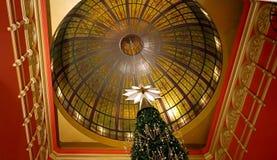 Swarovski Crystal Christmas Tree spets och kupol av drottningen Victoria Building, del av Sydney Christmas berömmar Arkivfoto