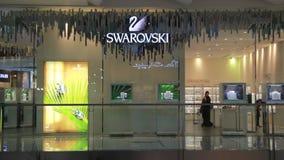 Swarovski kleinhandelsafzet in de Wandelgalerij van Doubai stock footage