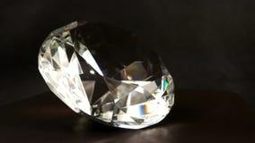Swarovski kristall med ljus - brun bakgrund och virvlar, smycken, ädelsten, mousserar i ljuset, skenkristall lager videofilmer