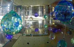 Swarovski-Kristalle in einem Glaskasten Stockbild