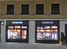 Swarovski sklep w Karlovy Zmienia przy nocą Obrazy Stock