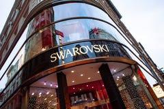 Swarovsky-Speicherlogo auf einer Einkaufsstraße in Wien, Österreich Stockbilder