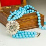 Swarowski Błękitna bransoletka z białym krystalicznym kwiatem Obrazy Stock