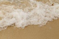 Swash волны моря на пляже песка стоковые изображения