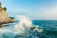 Swash моря Волны ломая на утесах Стоковые Изображения