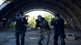 SWAT-Team ändert ihre vorübergehende Stelle mit den Gewehren, die bereit sind zu schießen stock video footage