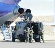 SWAT-Team-gepanzertes Fahrzeug am Flughafen Lizenzfreie Stockbilder