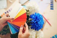 Swatch χρώματος βιβλίο στα χέρια Στοκ εικόνα με δικαίωμα ελεύθερης χρήσης