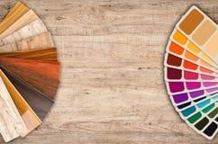 Swatch χρώματος δείγματα και ξύλινος οδηγός χρώματος Στοκ φωτογραφία με δικαίωμα ελεύθερης χρήσης