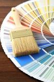Swatch χρώματος σε έναν πίνακα με ένα πινέλο Στοκ Φωτογραφία