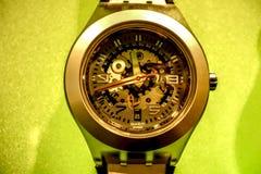 Swatch wristwatch με την παρουσίαση μηχανισμών Στοκ φωτογραφίες με δικαίωμα ελεύθερης χρήσης