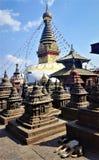 Swayambhunath Stupa, Kathmandu, Nepal con il cane di sonno immagini stock libere da diritti