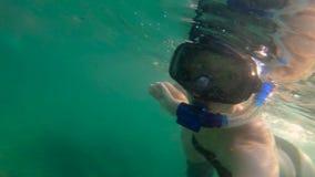 sweaming和潜水在海的妇女和她的儿子的Ultrahd慢动作水下的射击 股票视频