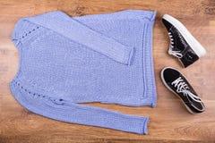 Sweater en tennisschoenen op een laminaat Royalty-vrije Stock Fotografie