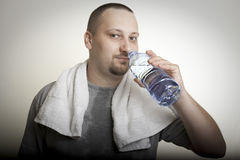 Sweaty man drinking water after exercise Royalty Free Stock Photography