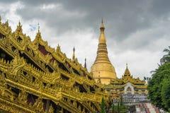Swedagon pagodowy punkt zwrotny Yangon w chmurnym dniu, Yangon Obrazy Royalty Free
