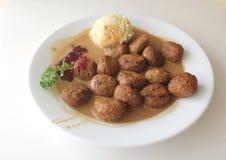 Sweddish köttbullar med mosar potatisen och persilja från Ikea Arkivfoto