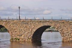 Sweden's arqueó lo más de largo posible el puente de piedra Ostra Bron en Karlstad fotos de archivo libres de regalías