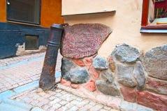 sweden stockholm Forntida runestone som byggs in i en vägg i Gamla Stan (den gamla staden) Arkivfoton