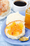 Sweet bun with apricot jam and cup of coffee for breakfast Royalty Free Stock Photos