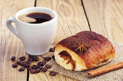 Sweet bun and cup of coffee Royalty Free Stock Photos