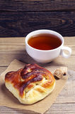 Sweet bun and tea Royalty Free Stock Photos