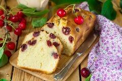 Sweet cherry cake with fresh cherries Royalty Free Stock Photos