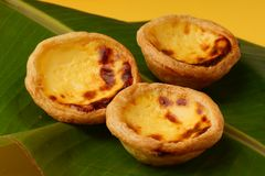 Sweet egg tart on green leaf Royalty Free Stock Images