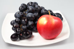 Sweet grapes and apple Royalty Free Stock Images