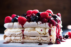 Sweet Pavlova with winter fruits Royalty Free Stock Photos