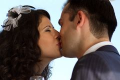 Sweet wedding kiss Royalty Free Stock Images