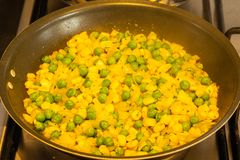 Sweetcorn και κρεμμύδια όλα μπιζελιών που τηγανίζουν μαζί σε ένα τηγάνι στοκ εικόνα με δικαίωμα ελεύθερης χρήσης