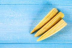 Sweetcorn do bebê ou mini milho É tipicamente a espiga inteira comida incluída para o consumo humano É cru comido e cozinheiro imagem de stock