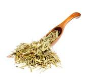 Sweetgrass secado Hierochloe en la cuchara de madera imagenes de archivo