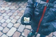 Sweetie με την εικόνα της Πράγας στα χέρια ενός παιδιού στοκ φωτογραφία με δικαίωμα ελεύθερης χρήσης