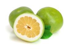 Sweetie ou Pomelit do citrino, oroblanco com metade e folha isolada no close-up branco do fundo Fotos de Stock