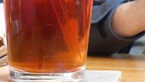 Sweetner no chá gelado agitado acima com palha clara video estoque