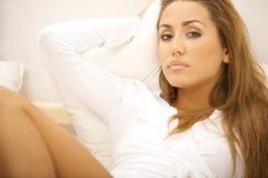 Sweety auf Bett Stockfotografie