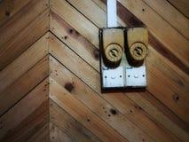 Swicth de iluminação velho no fundo de madeira velho do sumário fotos de stock