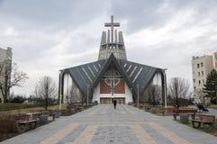 Swidnica/Polen - Maart 31, 2018: Moderne kerk Marii Panny Krolowej in de woonwijk in de rand van de stad stock afbeeldingen