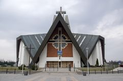 Swidnica/Polen - Maart 31, 2018: Moderne kerk Marii Panny Krolowej in de woonwijk in de rand van de stad royalty-vrije stock afbeelding