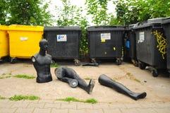 Swiebodzin, Polen, September 2018Parts van de ledenpop op dumpster, afval, vuilnis stock afbeelding