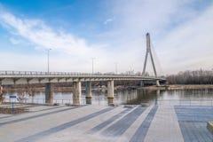 Swietokrzyski bro över Vistulaet River i Warszawa, Polen arkivfoto