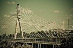 Swietokrzyski bro på den Vistula floden i Warsaw. Royaltyfria Foton