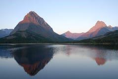 swiftcurrent湖的山 免版税库存照片